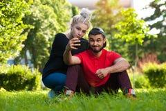 Junge Paare, die selfie auf Natur tun Stockbild