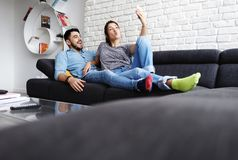 Junge Paare, die Selfie auf Sofa At Home nehmen stockfotografie