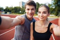 Junge Paare, die selfie Foto auf Stadion machen Stockfotos