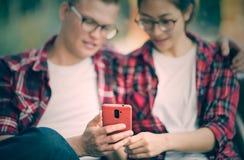 Junge Paare, die selfie mit Smartphone nehmen Stockbild