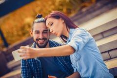 Junge Paare, die selfie nehmen Lizenzfreie Stockbilder