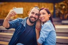 Junge Paare, die selfie nehmen Stockbilder