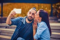 Junge Paare, die selfie nehmen Lizenzfreies Stockfoto