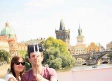 Junge Paare, die selfies während der Bootsreise in Prag nehmen Stockfotos