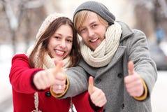 Junge Paare, die sich Daumen zeigen Stockfotos