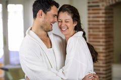 Junge Paare, die sich umfassen Lizenzfreie Stockfotos