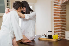 Junge Paare, die sich umfassen Lizenzfreie Stockbilder