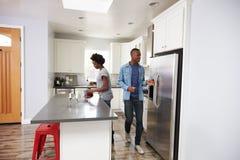 Junge Paare, die sich zusammen in der Wohnungs-Küche entspannen Stockfoto