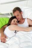 Junge Paare, die sich zusammen im Bett entspannen Stockfotos