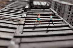 Junge Paare, die Spaß auf dem grauen Dach von Wohngebäude I haben stockbilder