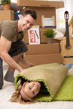 Junge Paare, die Spaß an beweglichem Haus haben Stockbilder