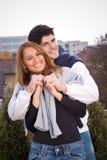 Junge Paare, die Spaß draußen haben Stockbilder