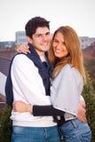 Junge Paare, die Spaß draußen haben Lizenzfreie Stockfotos