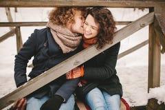 Junge Paare, die Spaß draußen im Winterpark haben Lizenzfreies Stockbild