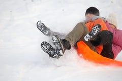 Junge Paare, die Spaß im Schnee haben Stockbild