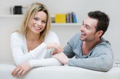 Junge Paare, die Spaß zu Hause haben Stockfotos