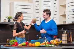 Junge Paare, die Spaß in der Küche haben Stockfotografie