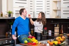 Junge Paare, die Spaß in der Küche haben Lizenzfreie Stockfotografie