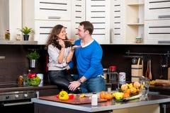 Junge Paare, die Spaß in der Küche haben Stockfotos