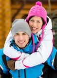Junge Paare, die Spaß während der Winterurlaube haben Stockfoto