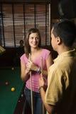 Junge Paare, die am Stab sprechen. lizenzfreies stockfoto