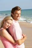 Junge Paare, die Strand-Feiertag in The Sun genießen Lizenzfreies Stockfoto