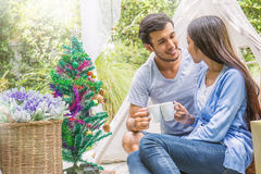 Junge Paare, die Tasse Kaffee, Morgenzeit halten Stockbild