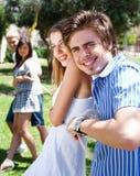 Junge Paare, die Tauziehenspiel spielen Lizenzfreies Stockbild