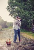 Junge Paare, die unter Regen küssen Stockbilder
