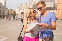 Junge Paare, die in Venedig reisen stockfotografie