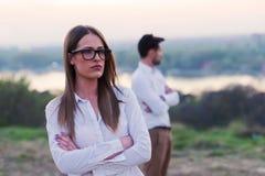 Junge Paare, die Verhältnis-Probleme haben auseinanderbrechen lizenzfreie stockfotografie