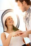 Junge Paare, die Verpflichtung auf Sommerstrand haben Stockbild