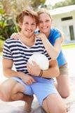 Junge Paare, die Volleyball-Match spielen Stockfotos
