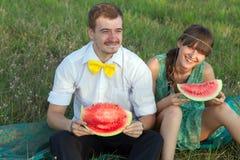 Junge Paare, die Wassermelone essen Stockbild