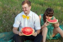 Junge Paare, die Wassermelone essen Stockfotografie