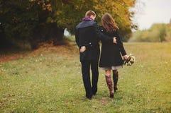 Junge Paare, die weg gehen Stockbilder