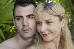 Junge Paare, die weg mit ihren Köpfen nah zusammen schauen Stockfotos