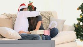 Junge Paare, die Weihnachtsgeschenke austauschen stock video footage
