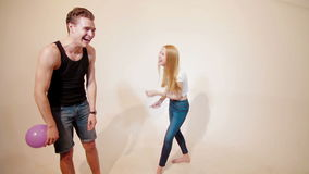 Junge Paare, die wie Kinder mit baloons täuschen stock footage