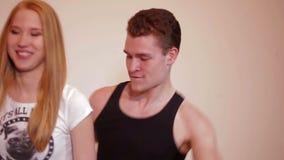 Junge Paare, die wie Kinder täuschen und tanzen stock footage