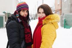 Junge Paare, die in Winter gehen Lizenzfreie Stockfotos