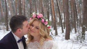 Junge Paare, die in Winterforstbetriebhände gehen und in der Zeitlupe umfassen stock footage