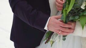 Junge Paare, die in Winterforstbetriebhände gehen und in der Zeitlupe umfassen stock video