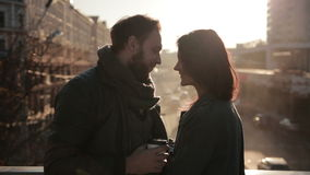 Junge Paare, die zart auf einer Stadtbrücke umfassen stock video footage