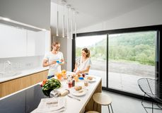 Junge Paare, die zu Hause frühstücken lizenzfreie stockfotos