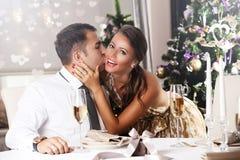Junge Paare, die zu Hause Weihnachten feiern Lizenzfreies Stockbild