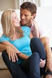 Junge Paare, die zuhause aufwerfen stockfotografie