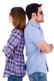 Junge Paare, die zurück zu Rückseite stehen Stockfoto