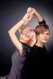 Junge Paare, die zusammen, aufwerfend im Studio stehen und betrachten Ca lizenzfreie stockbilder
