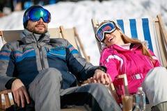 Junge Paare, die zusammen in der Sonne an den Bergen genießen Stockfoto